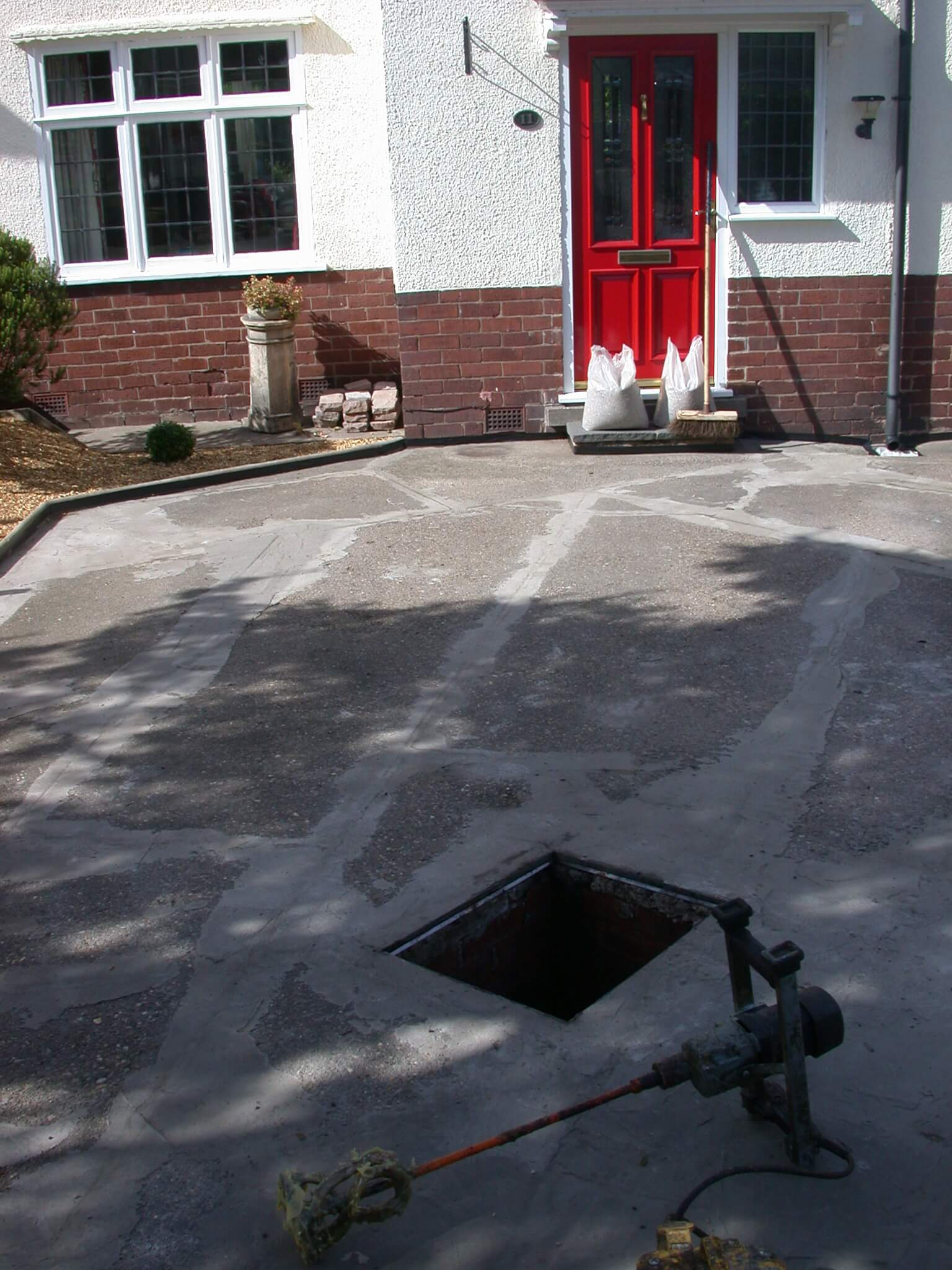Concrete driveway chesterfield with a resin bonded stone Base for concrete driveway